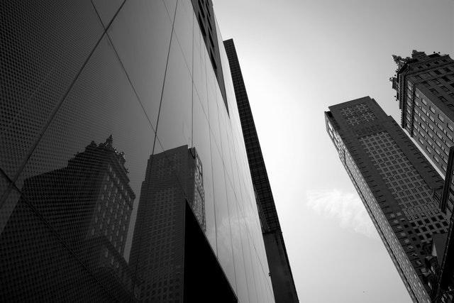 Foto preto e branco de prédios empresariais