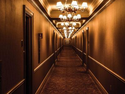 Corredor de hotel com luminárias clássicas
