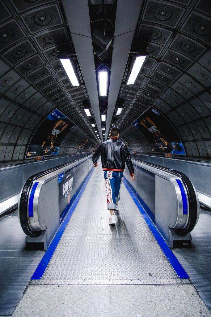 Homem caminhando no metro de Londres